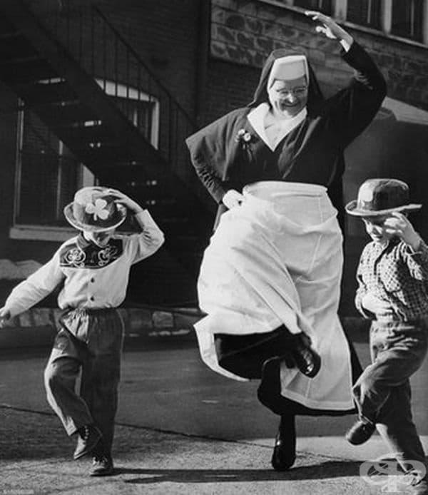 Монахиня танцува с деца на улицата, 1964 г.