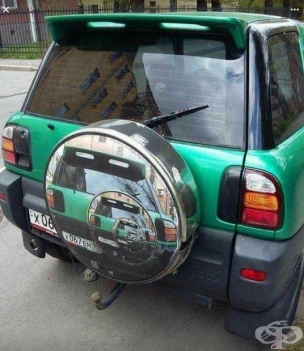 Пътуващите зад този автомобил може да се хипнотизират.