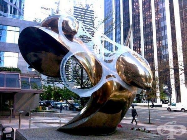 Коалицията за пластмасови замърсявания The Plastic Pollution Coalition във Ванкувър инсталира скулптура с делфини, увити в 6 пластмасови пръстена.