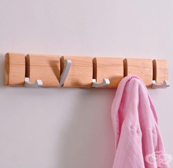 Дървена закачалка за стена. Удобно и практично: издърпвате куките само, когато е необходимо.