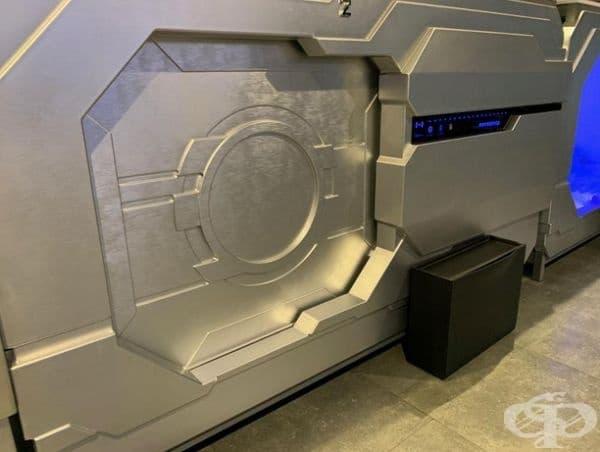 Този микрохотел е на едно по-високо ниво от останалите. Гостите разполагат с масичка, закачалка, сейф, огледало и USB-порт.