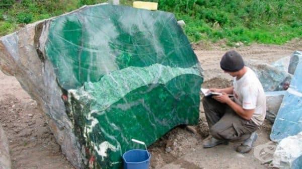 Бонус: камък от нефрит - 170 милиона долара. Миньори в Мианмар са открили най-големия камък от нефрит в света. Той е висок 4,3 м. и дълъг 5,8 м. Тежи около 200 тона. Този красив камък ще бъде изпратен в Китай за направата скъпи бижута и скулптури.