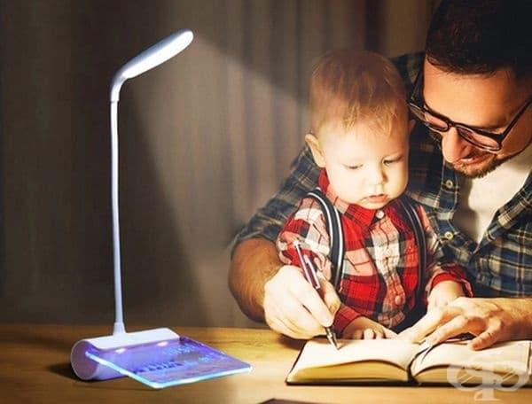 LED лампа с плот за записки.