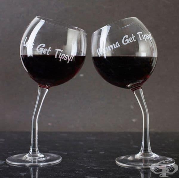 Чаши за вино с индивидуални надписи за навици или любими фрази на двойката.