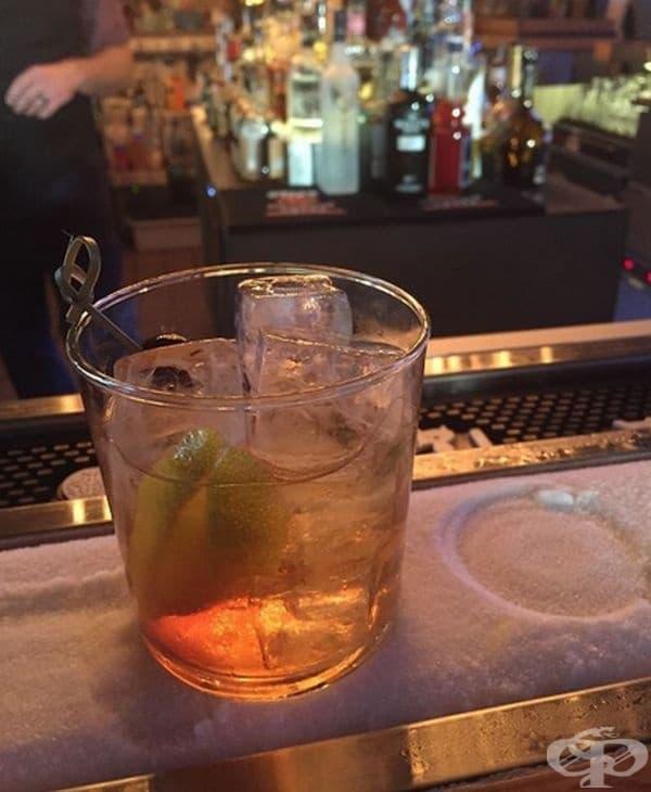 В този бар има специална стойка с лед, където вашата напитка ще остане хладна.