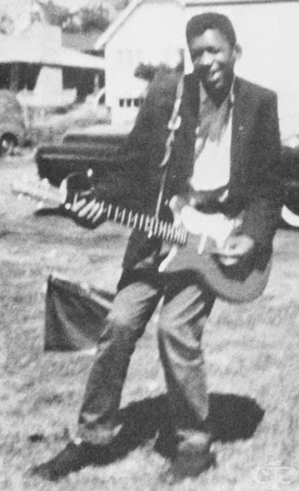 Джими Хендрикс с първата си електронна китара в Сиатъл, 1957.