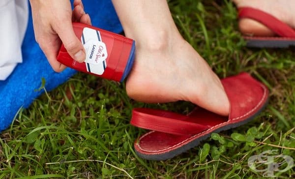 Намажете проблемните места на краката си с антисептик, за да не ви убиват сандалите.