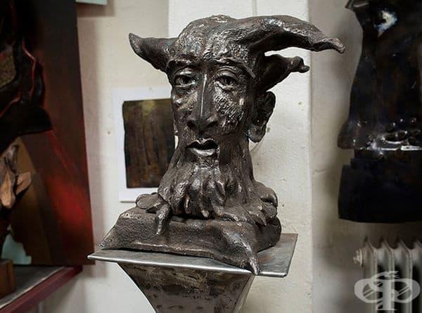 Милан Милорадович. Милорадович е от Белград, Сърбия. Завършва художествената академия и се гмурва дълбоко в скулптурата. В началото материалите му били глина и камък, но по-късно започва работа с желязо.