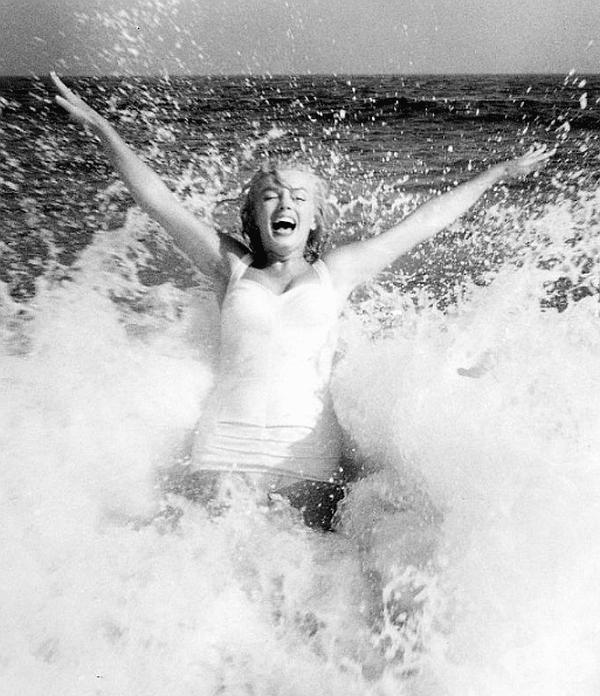 17 снимки на Мерилин Монро на плажа, заснети от Сам Шоу през 1957 г.