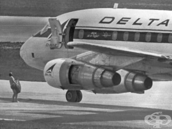 Полугол агент на ФБР доставя 1 милион долара на похитителите на самолета. С течение на времето, един от тях се укрива от властите успешно в продължение на повече от 40 години.