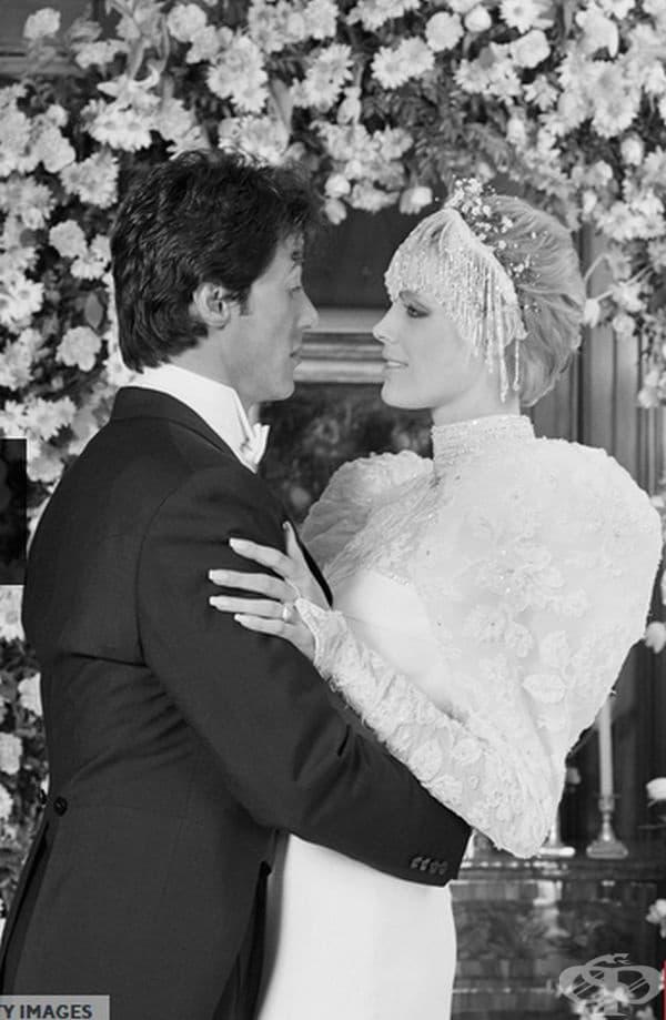 Бриджит Нилсен, 1985г. На сватбата си със Сиквестър Сталоун през декември 1985г. Нилсен се явява с рокля с дълги ръкави по неин дизайн и украшение за главата.