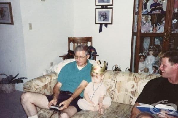 """""""Дядо ми наскоро почина. При подреждането на стари архиви, открих тази снимка, на която ми показва как да играя Nintendo. Това ми повлия изключително много и разпали страстта ми към игрите""""."""