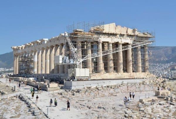 Партенонът е древногръцки храм, който се намира в Атина, Гърция. На снимката изглежда като строителна площадка заради реставрацията. Много от най-добрите му скулптури са в Британския музей в Лондон.