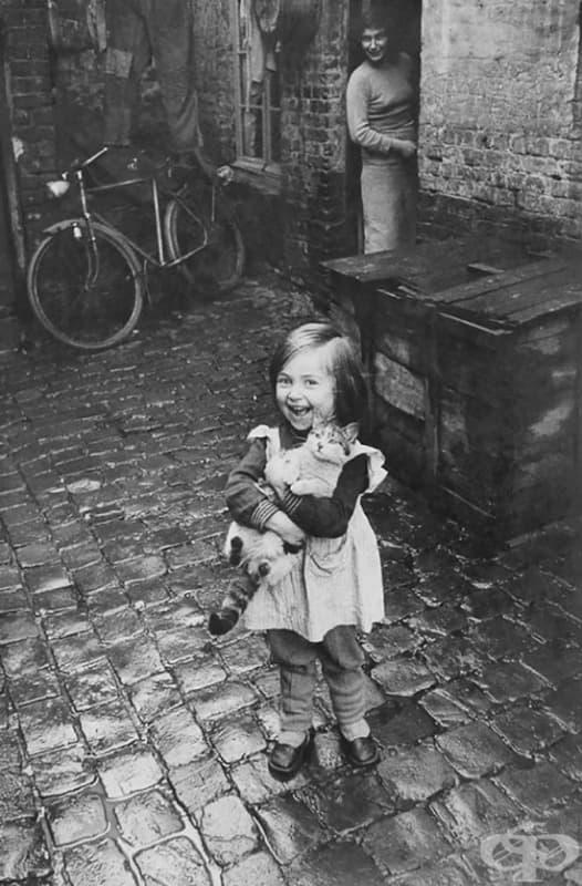 Щастливо момиче и не толкова щастлива котка, Франция, 1959 г.