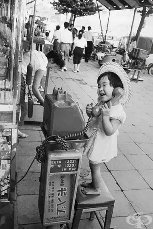Японско момиче се преструва, че говори по телефона, 1958 г.