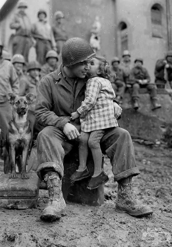 Малко момиче от Франция целува американски войник, Свети Валентин, 1945 г.