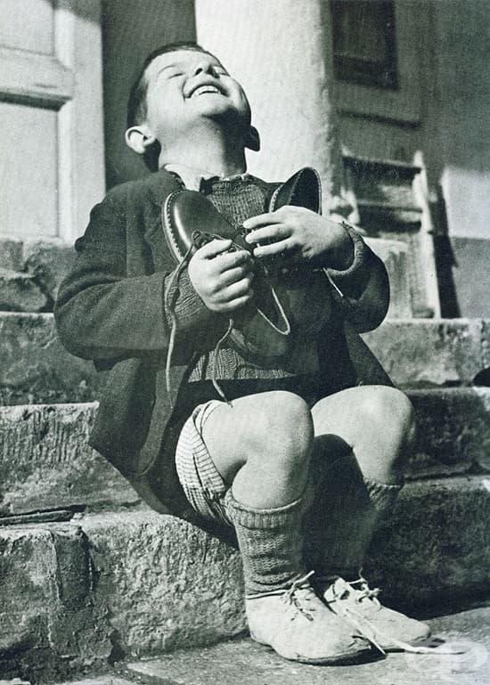 Момче от Австрия получава нови обувки по време на Втората световна война