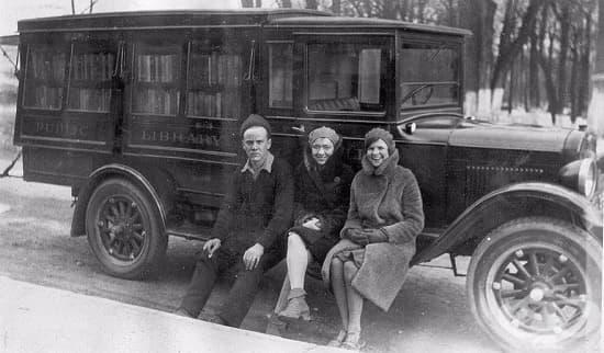 Трима служители в подвижна библиотека, 1930 г.