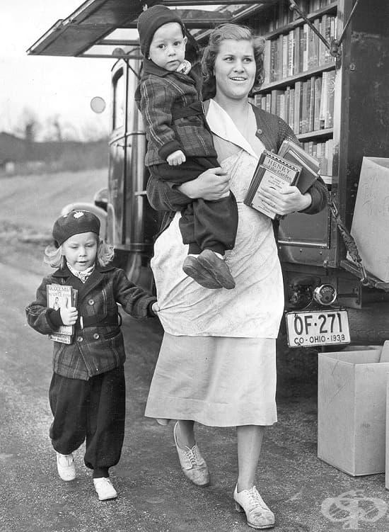 Семейство след покупка от книгомобил в Охайо, 1940 г.