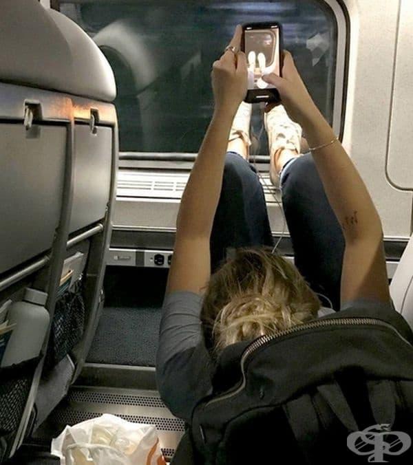 След като приключи разговорите по телефона, момичето започна да си снима краката си в самолета.