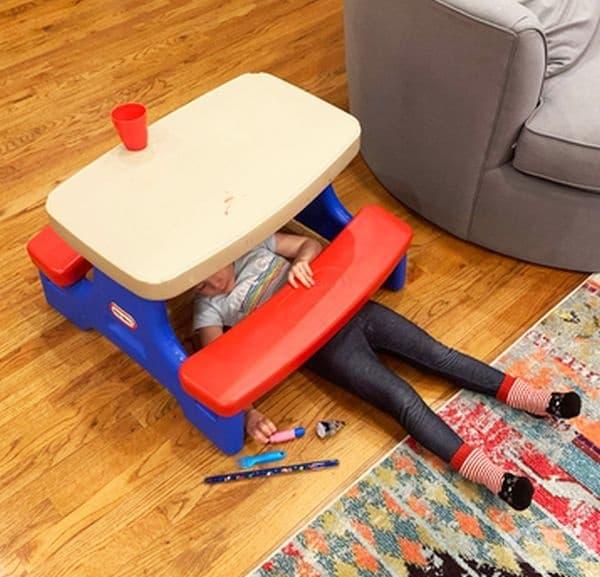 """""""Баща ми е механик и работи с коли. Днес открих дъщеря си да ремонтира масата за рисуване с нейните инструменти."""""""