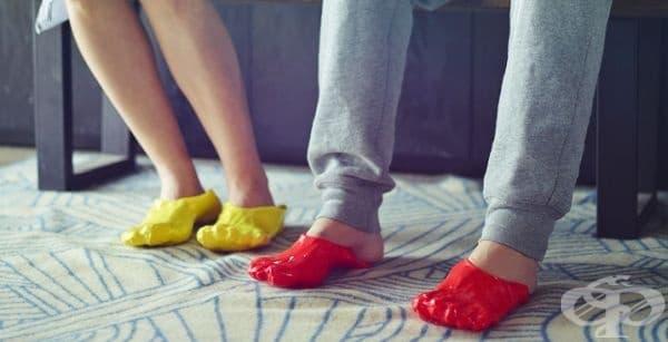 Японският дизайнер Сатсуки Охата (Satsuki Ohata) предлага да си направите пантофи сами, като си потопите краката в течен материал, който прилича на фондю и се превръща в нещо като чехъл, когато се втвърди.