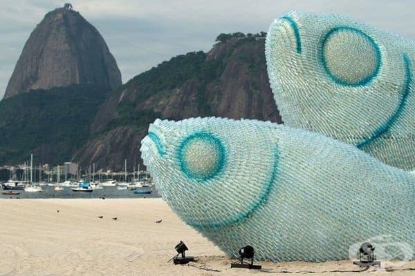 Гигантски риби, изработени от пластмасови бутилки, са изложени на плажа Ботафого в Рио де Жанейро.