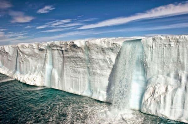 Масивен водопад от топящ се ледник.