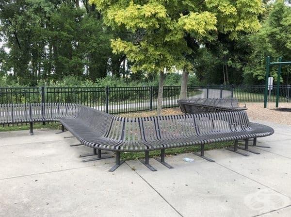 Една изключително дълга пейка.