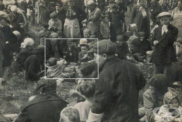 Дете подава цвете на друго дете при пристигането му в Аушвиц, май 1944 г. Всички от снимката са починали в рамките на часове.