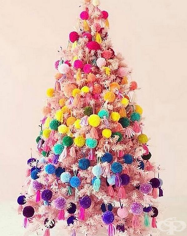Коледно дърво, направено от помпони.