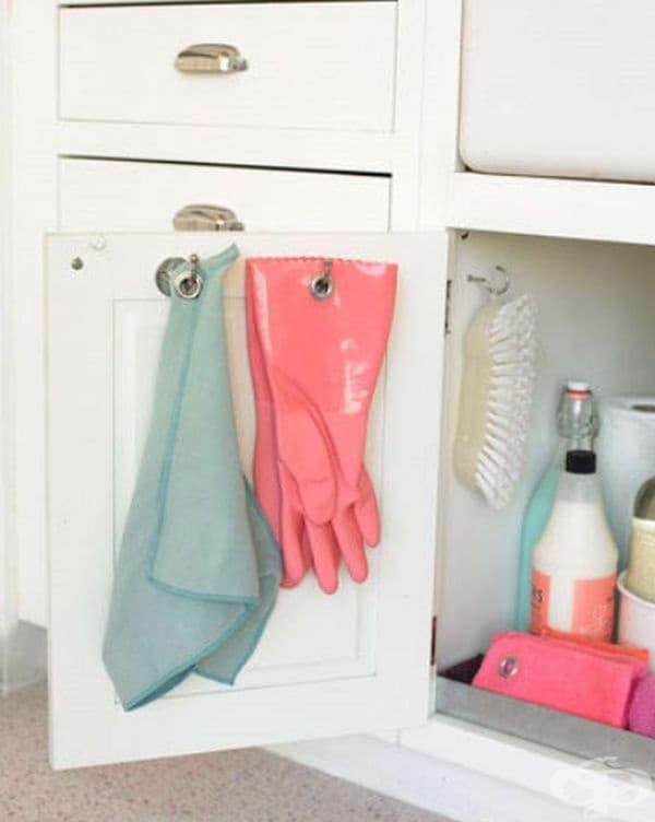 Вратичките на шкафа са подходящи и за парцали, ръкавици или четки за почистване.