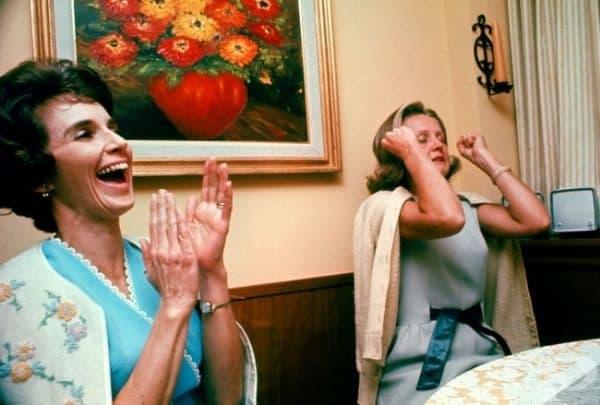 Съпругите на астронавтите от Аполо 8 в момента, в който чуват гласовете на своите съпрузи от орбита, 1968.