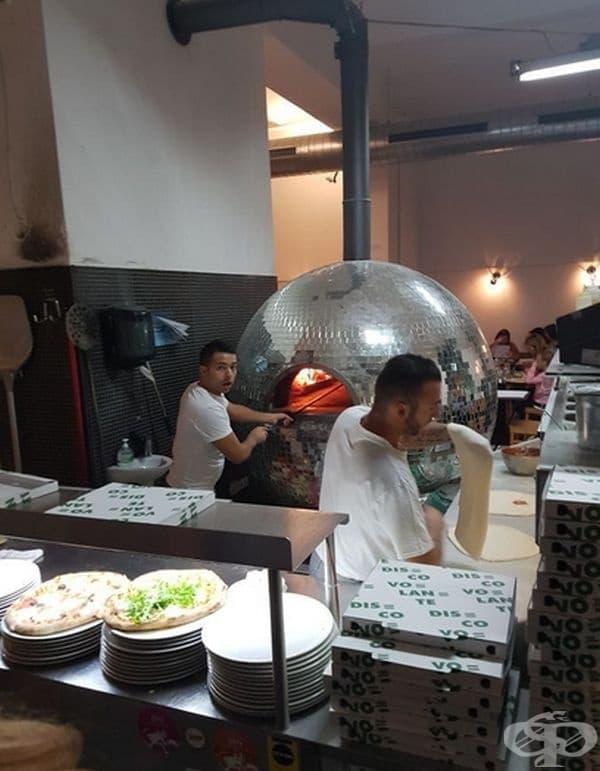 Тази пицария изненадва клиентите с печка под формата на диско топка.