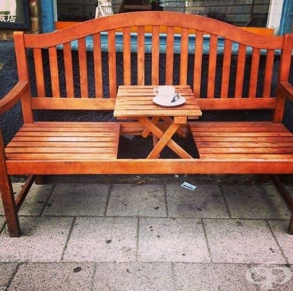 В Швеция има скамейки с подвижна маса по средата.