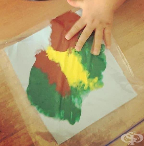 В найлонов плик поставете лист и няколко боички. Оставете вашето дете да твори, без да цапа.