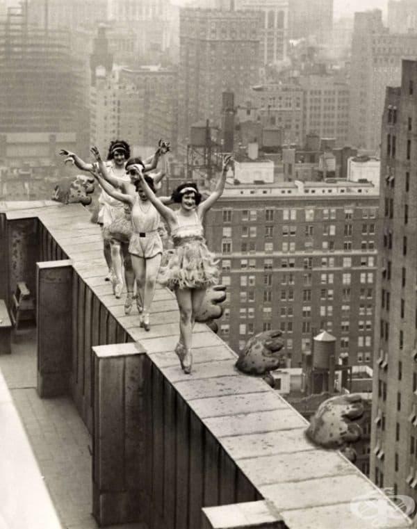 Балетисти танцуват върху покрива на небостъргач в Ню Йорк, 1925.