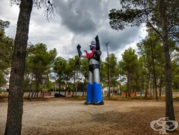 """""""Мазингер Зет"""", Медина дел Кампо, Испания. Скулптурата е гигантски супер робот, който пази забравен крайградски комплекс в Тарагона."""