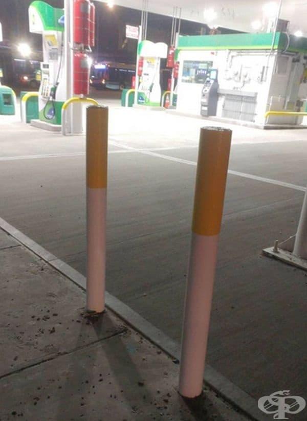 Огромни цигари, които подсещат клиентите да загасят своите, преди да стъпят на територията на бензиностанцията.