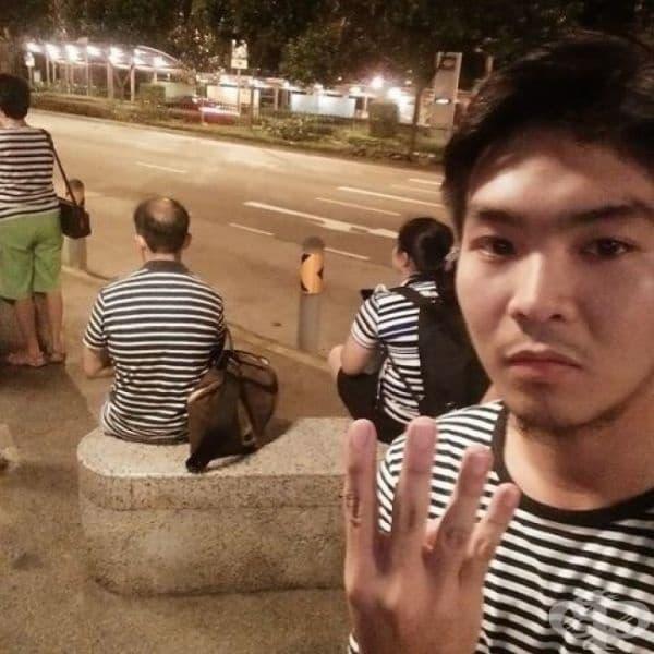 Четирима непознати с едни и същи тениски.