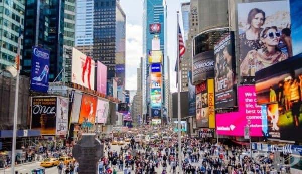 Таймс Скуеър, Ню Йорк - напомня за огромен търговски център, където има множество магазини, ресторанти и вериги ресторанти.