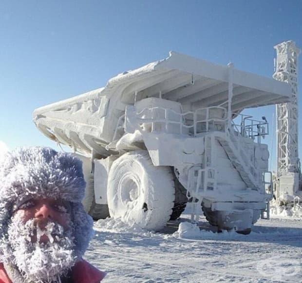 Снегомобил и снежен човек.