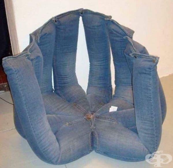 Стол, изработен от дънки.
