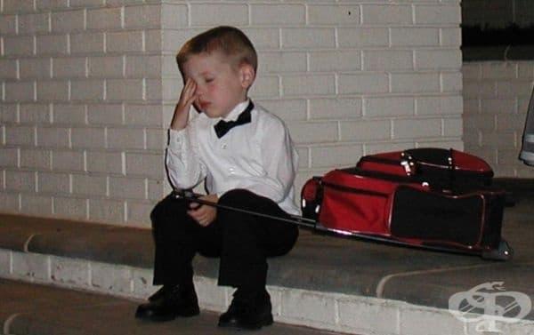 Малкият шафер, уморен в края на церемонията. В куфара се намират любимите му играчки.