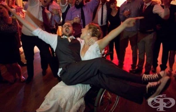 Булката счупи крака си седмица преди сватбата, но това не я спря да танцува първия си танц.