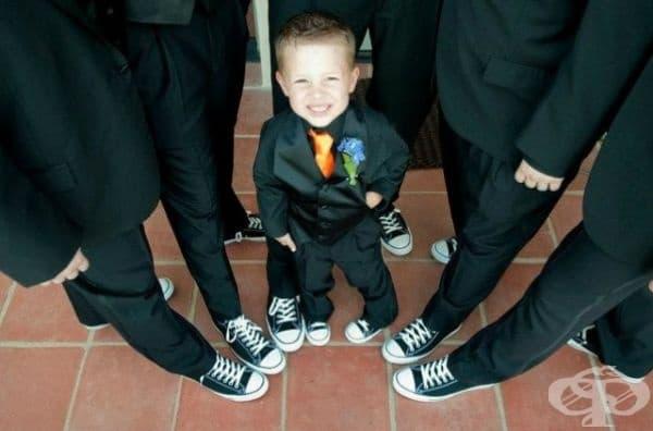 Малкият гост бе удостоен с голямо внимание на сватбата.
