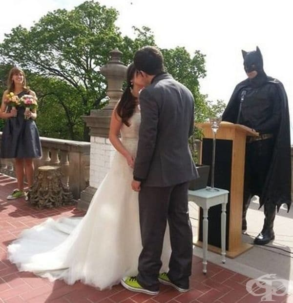Батман в ролята на свещеник.