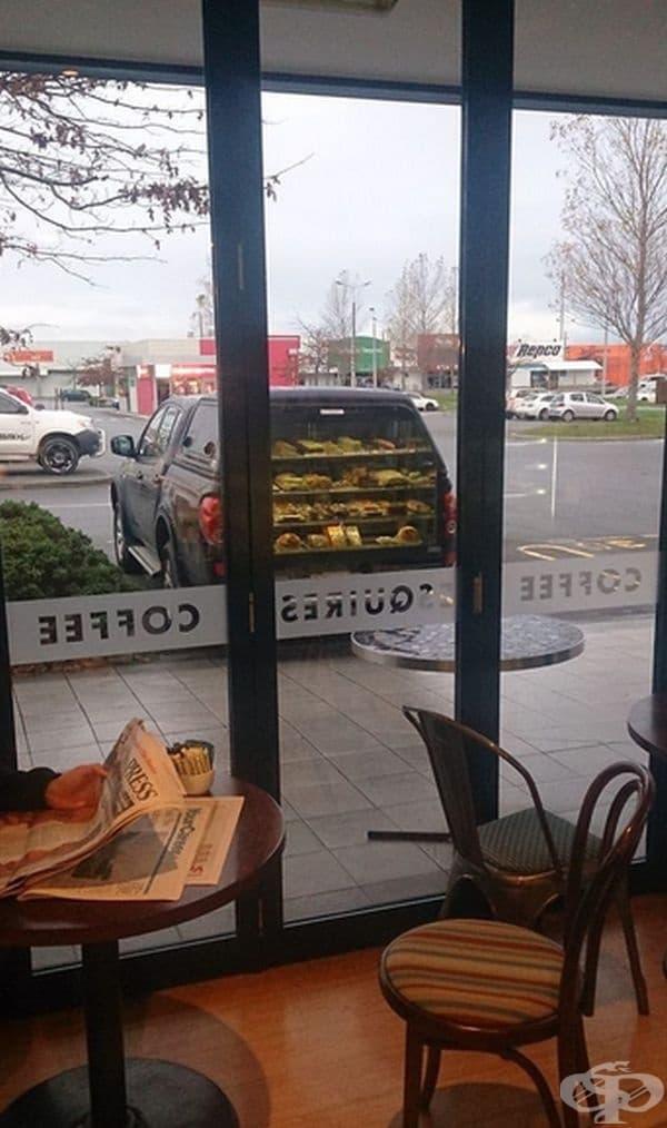 Закуските се отразяват във вратата, а изглежда, че се продават в колата.