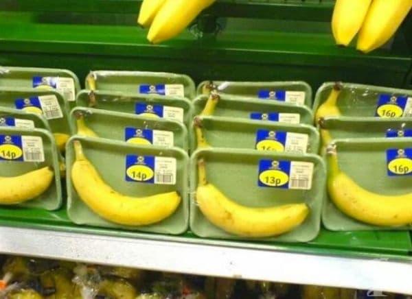 Опакован банан с етикет за тегло, произход и всичко останало.