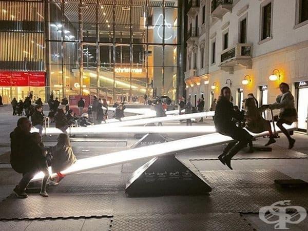Светещи люлки в центъра на града.